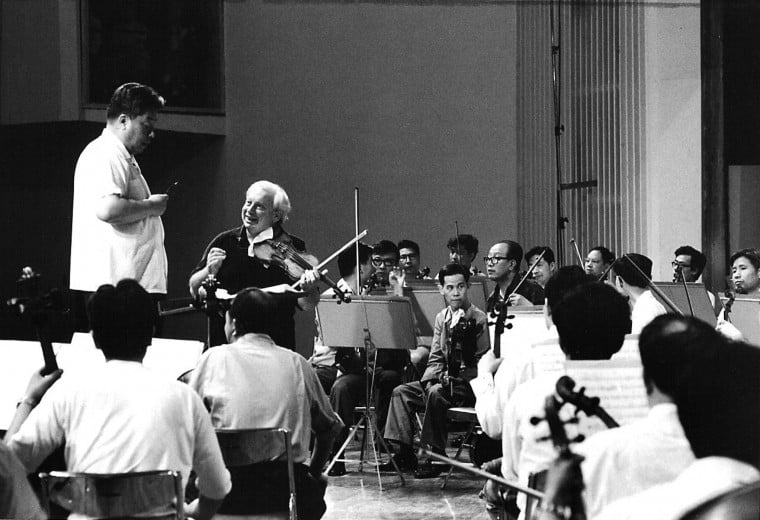 Isaac Stern rehearsing with the Central Philharmonic Orchestra in China