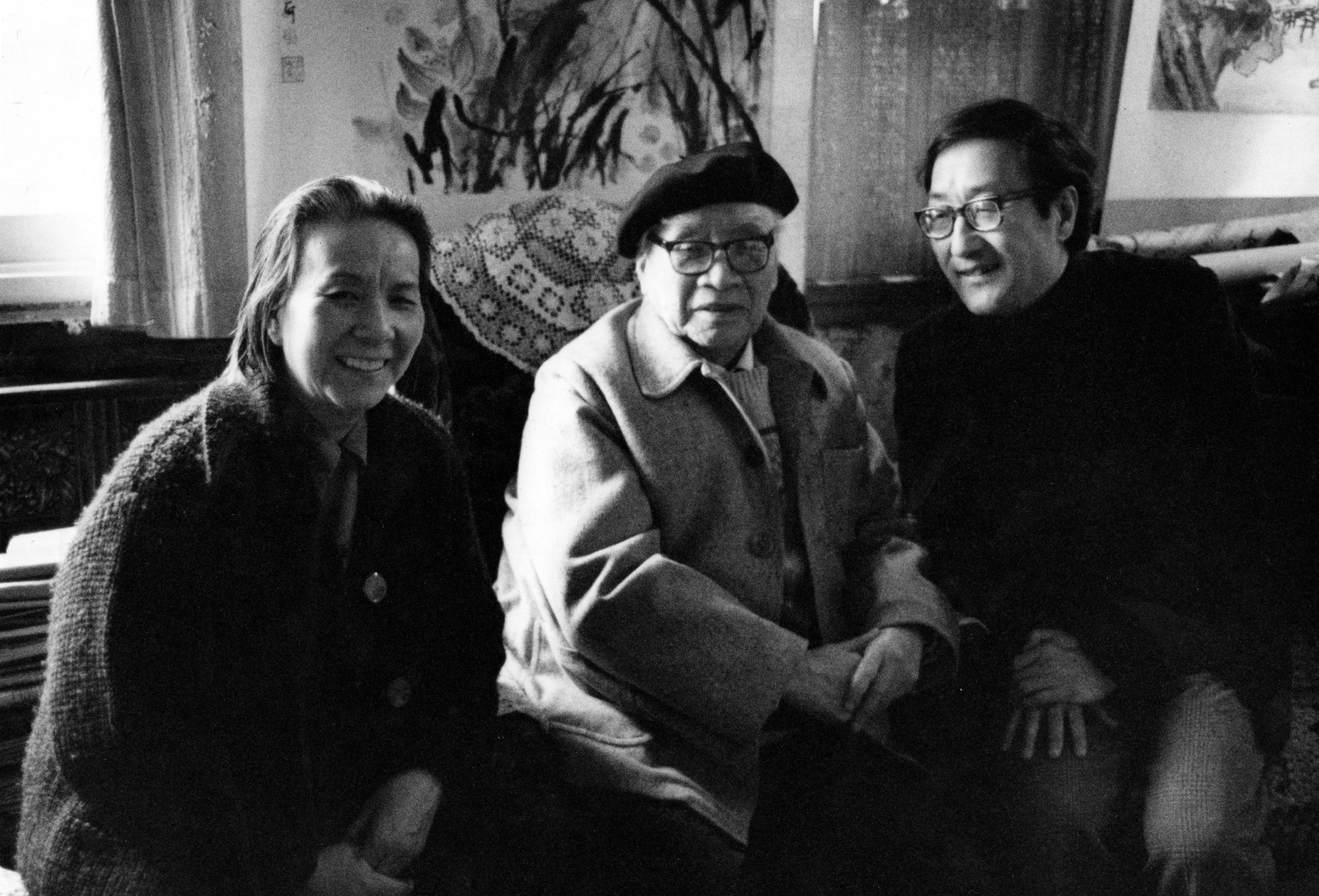 Cornelius Chang (right) meets with renowned painter Liu Haisu (center) and his wife (left)