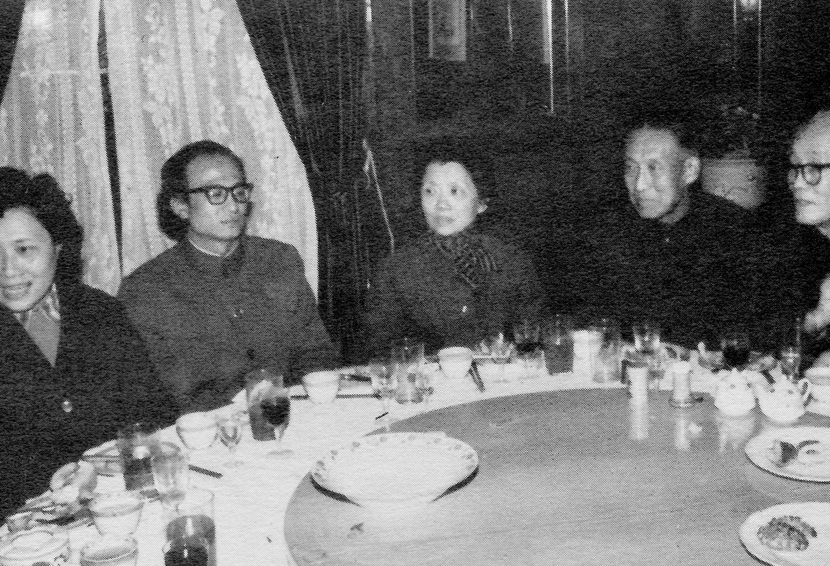 Members of the Shanghai Conservatory of Music during a banquet hosted by the Center. From left to right: Zhu Fengbo, soprano; Chen Xiyang, conductor of the Shanghai Ballet; Wu Leyi, chairman of the piano department; Huang Yijun, conductor of the Shanghai Philharmonic; He Luding, director of the Shanghai Conservatory.