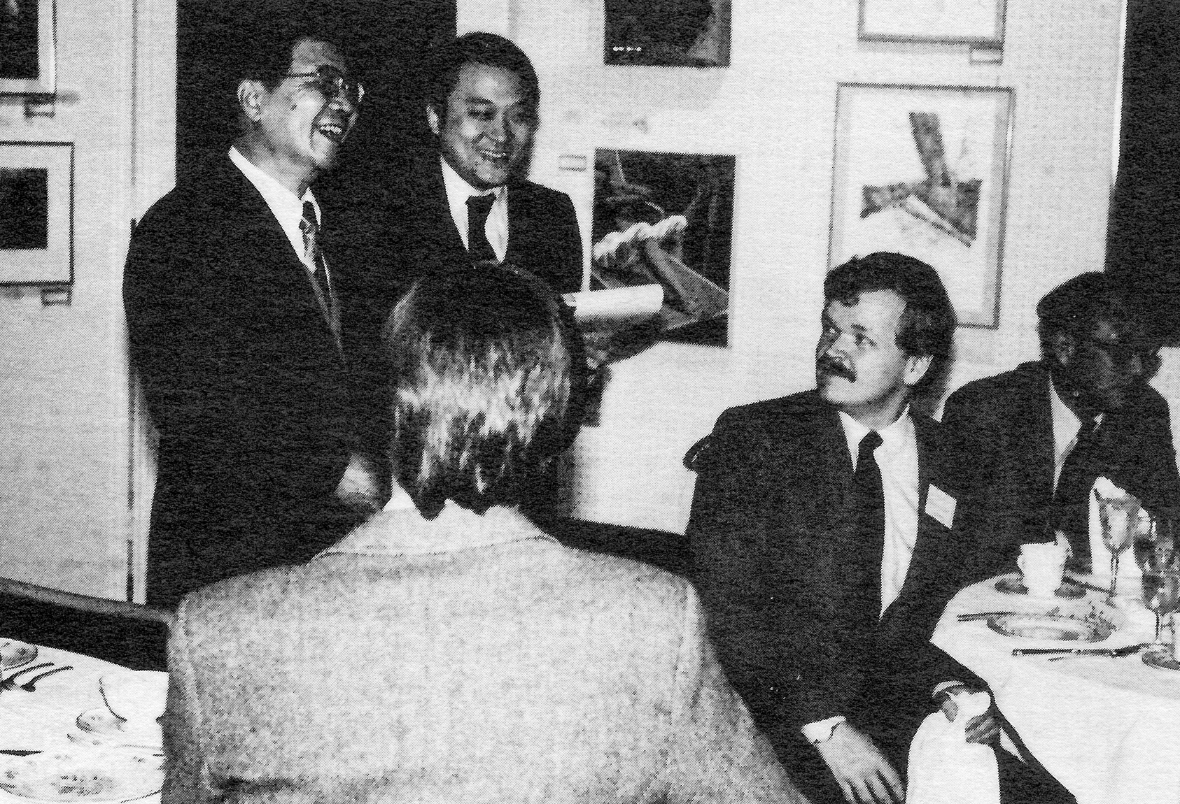 Wang Baihua (left) chatting with art teachers of the Mamaroneck (NY) High School. Interpreter Ken Hao (center) is assisting; delegation member Lü Zhengwu is seated on the far right